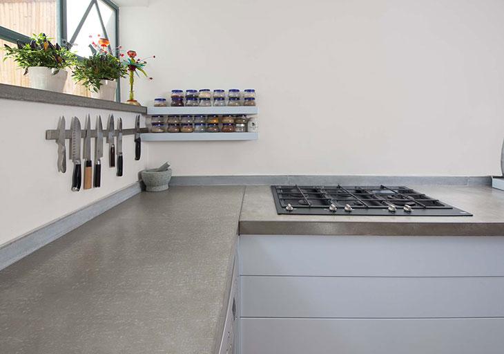 מטבח מודרני עם משטח בטון מבט 2