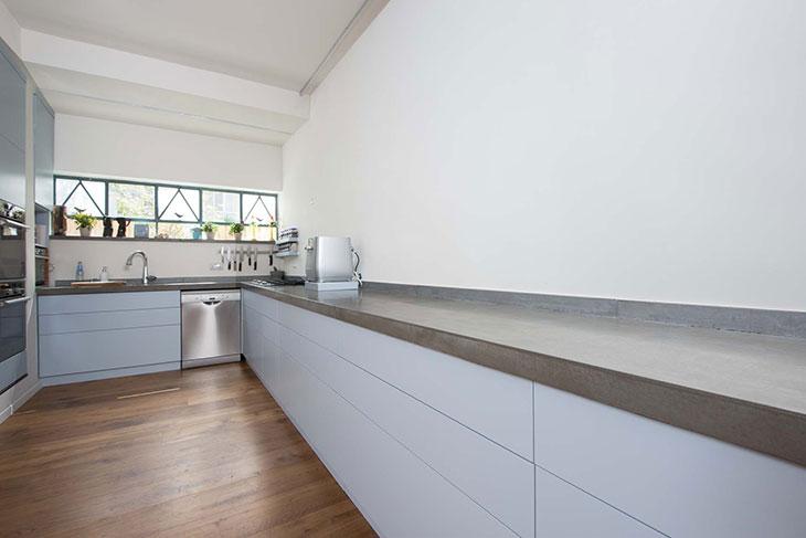 מטבח מודרני עם משטח בטון מבט 3