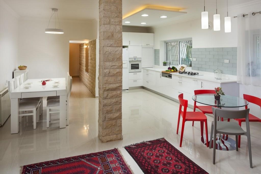 חלל המטבח מתחבר לזה של הסלון ופינת האוכל