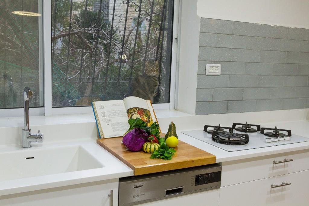 שטח עבודה בין הכיור לכיריים