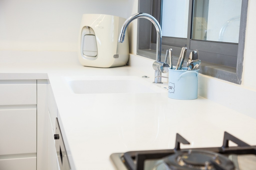 מיקום נכון של משטחי העבודה חוסך תנועות מיותרות במטבח
