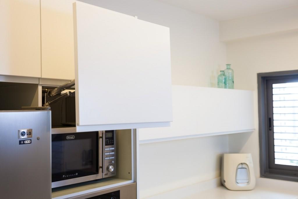 מיקרוגל, מקרר ותנור בסמיכות למשטח העבודה