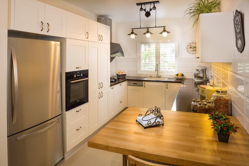 מקרר דלת אחת – שימוש בנישה על מנת למקם את המקרר בקו ארונות (צילום: אודי גורן)