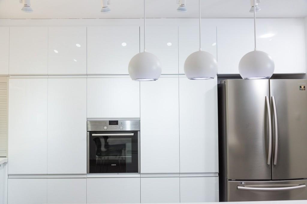 שילוב מנורות לד עם תאורה ממוקדת מעל האי עוזרת להבליט את מרכז המטבח