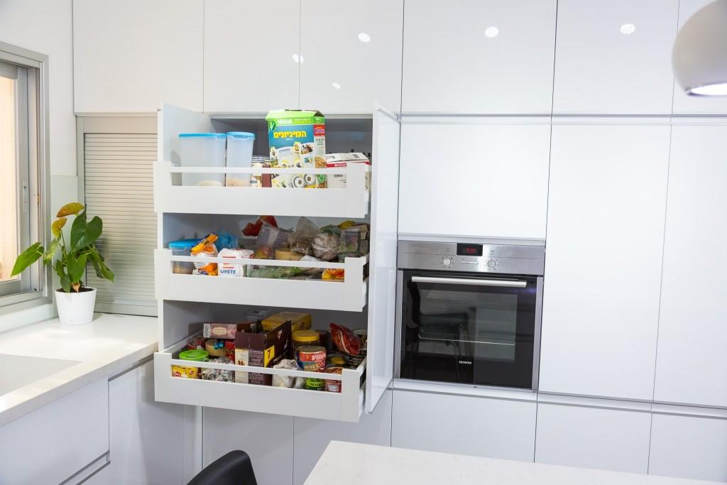 המטבח מכיל מספר מגירות גדוללאחסון אופטימלי ונגיש