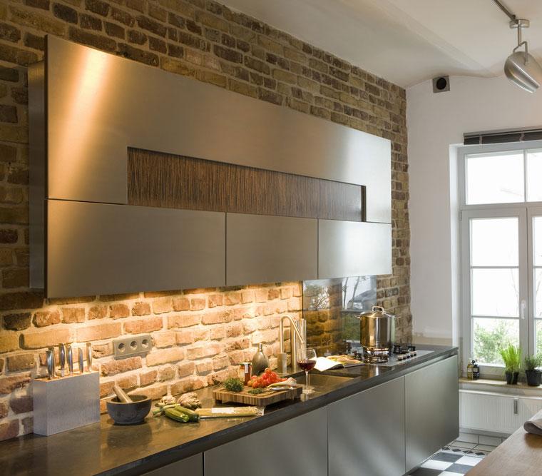 חיפוי קיר המטבח דומיננטי במטבח. {צילום: Shutterstock}