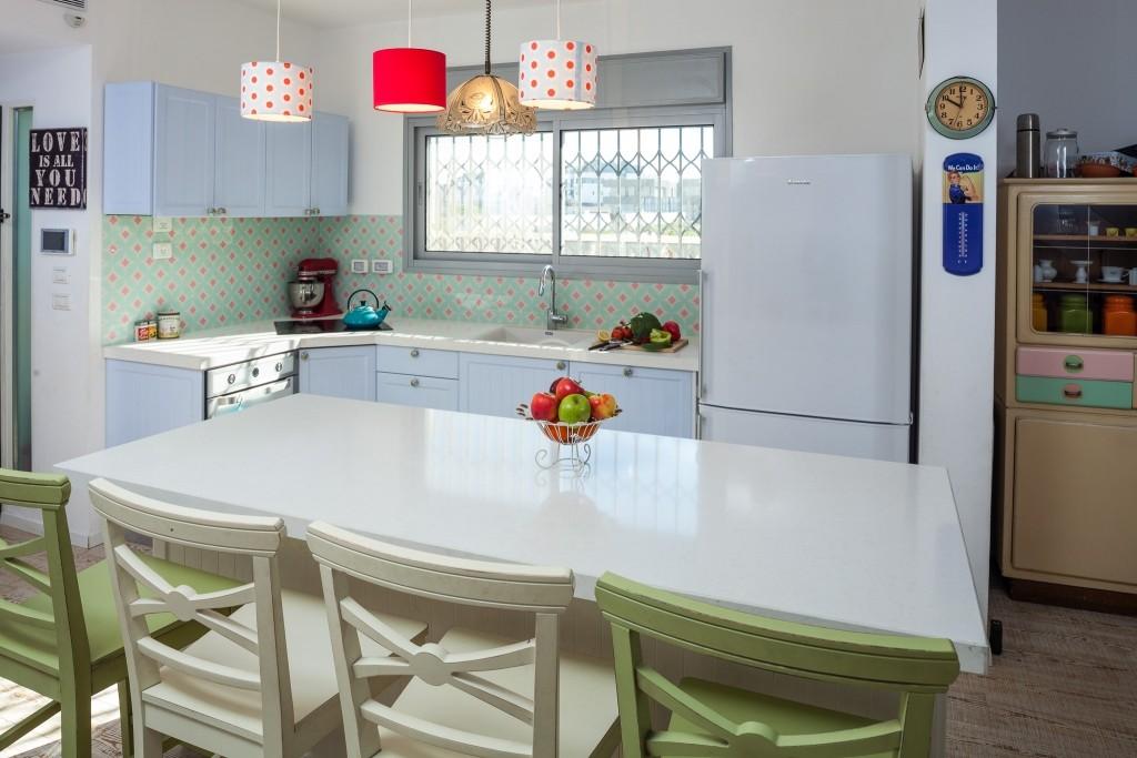 מטבח בסגנון כפרי, שילוב של זכוכית עם טקסטורה צבעונית {צילום: אודי גורן}