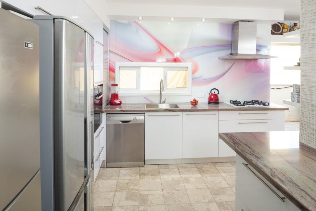 מטבח פורמייקה בסגנון מודרני, שילוב של זכוכית עם טקסטורה {צילום: אודי גורן}