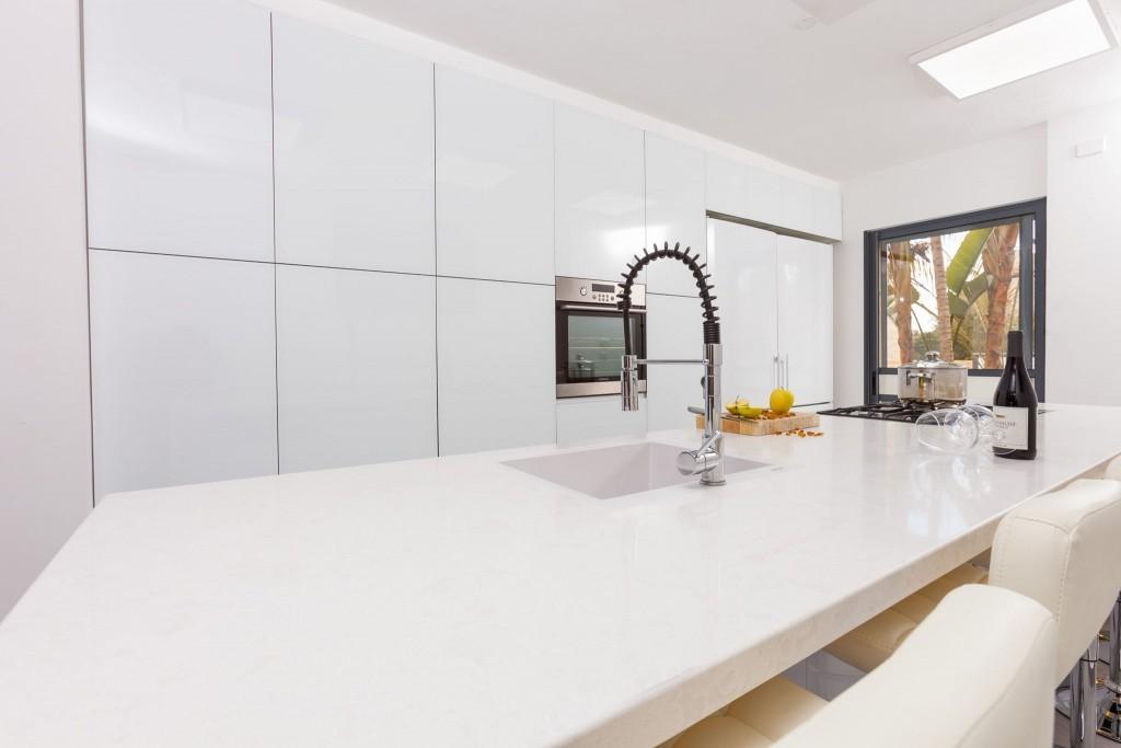 שיש לבן של אבן קיסר במטבח זכוכית לבן