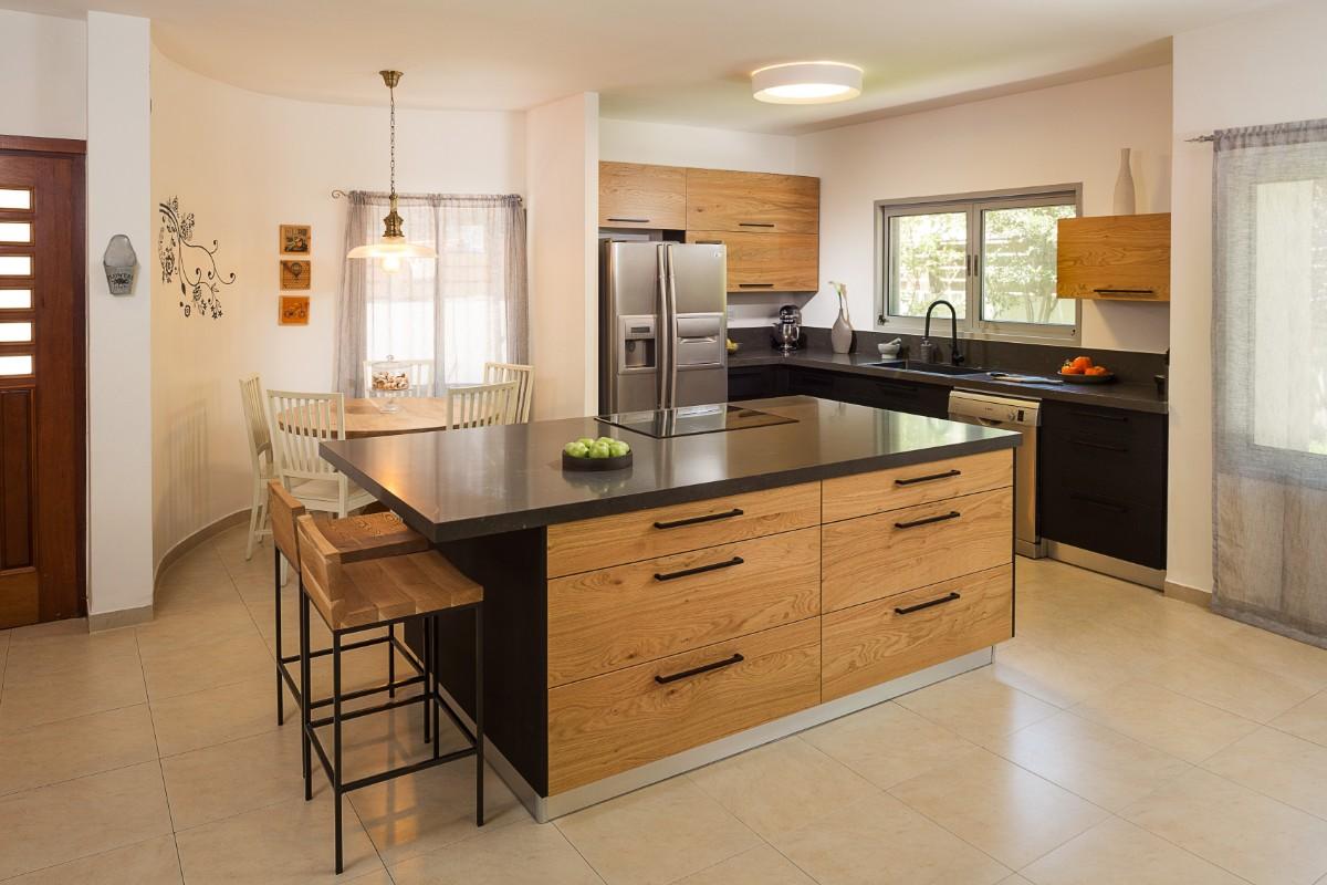 מטבח בסגנון מודרני שחור ועץ